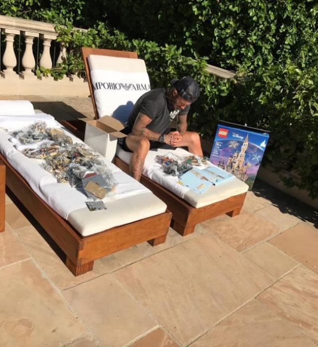 画像1: 娘のため?42歳デヴィッド・ベッカム、LEGOのシンデレラ城を作り始める