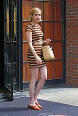 画像1: お腹チラ見せ!エマ・ロバーツの夏のセットアップスタイルに注目