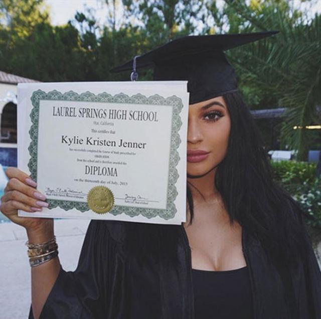 画像: 少しでも普通の女の子と同じような学生気分が味わえるようにと母クリスが用意した卒業証書を持って記念撮影。