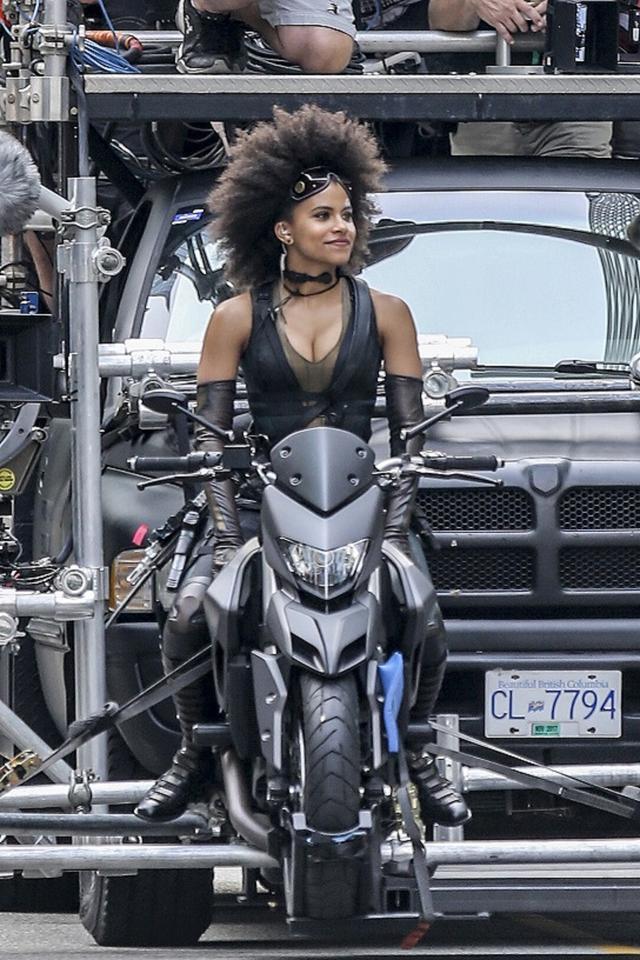 画像: 事故の数日前には、ライアン演じるデッドプールとザジ演じるドミノのバイクでの追跡シーンが撮影されていた。
