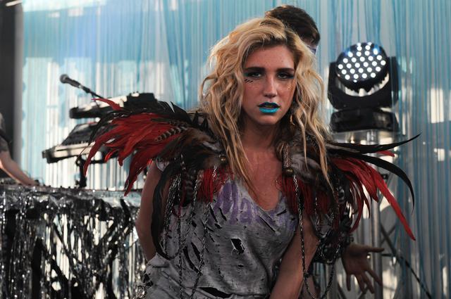 画像: 2010年のケシャ。「ティック・トック」がこの年最もヒットした楽曲になり鮮烈のデビューを飾った。