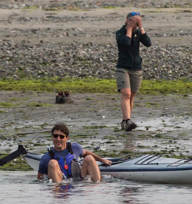 画像4: カナダのイケメン首相、カヤックから転落するもジョークを飛ばして自虐ネタに