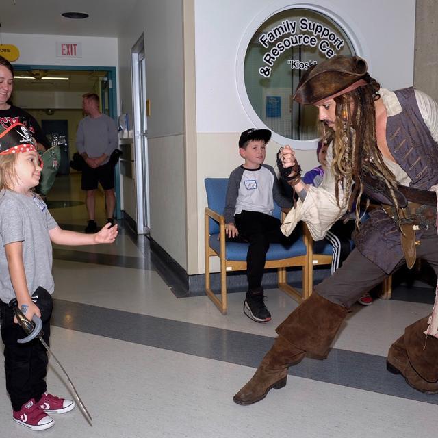 画像4: ジャックが来院し、子供たちが大喜び
