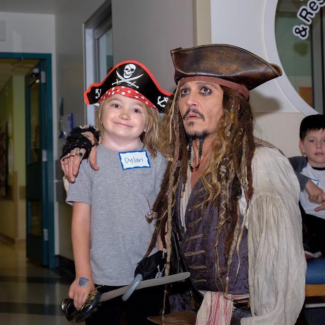 画像1: ジャックが来院し、子供たちが大喜び