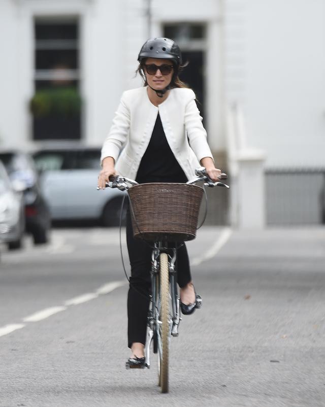 画像1: キャサリン妃の妹ピッパ、ヘルメットを被って自転車移動