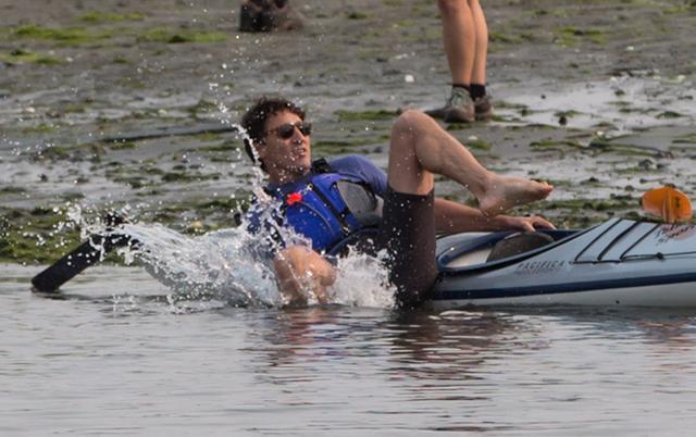 画像3: カナダのイケメン首相、カヤックから転落するもジョークを飛ばして自虐ネタに