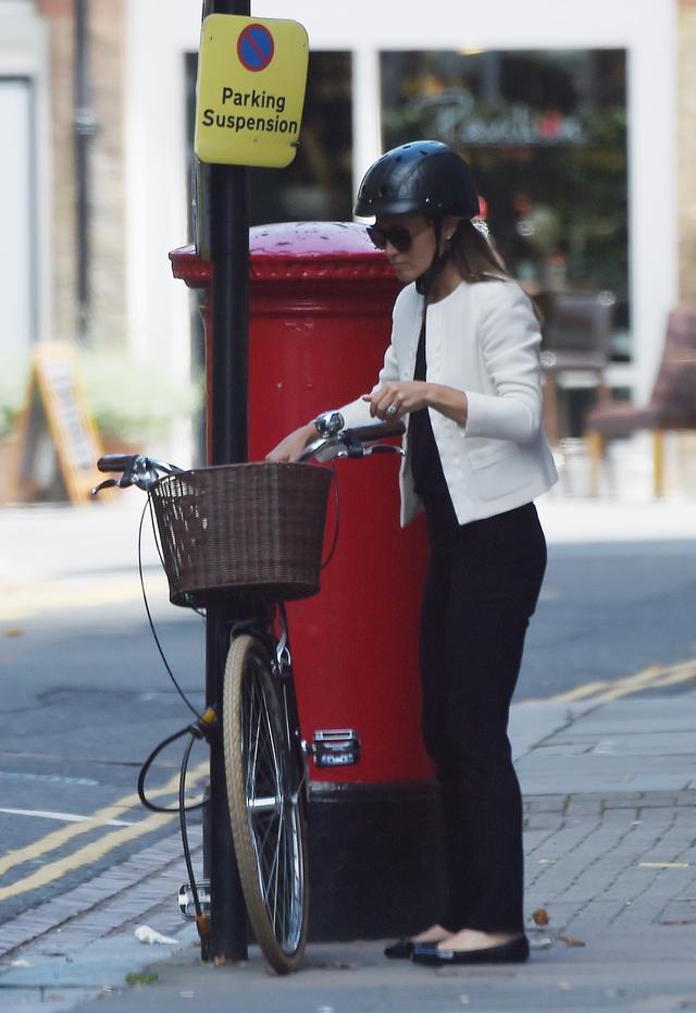 画像2: キャサリン妃の妹ピッパ、ヘルメットを被って自転車移動