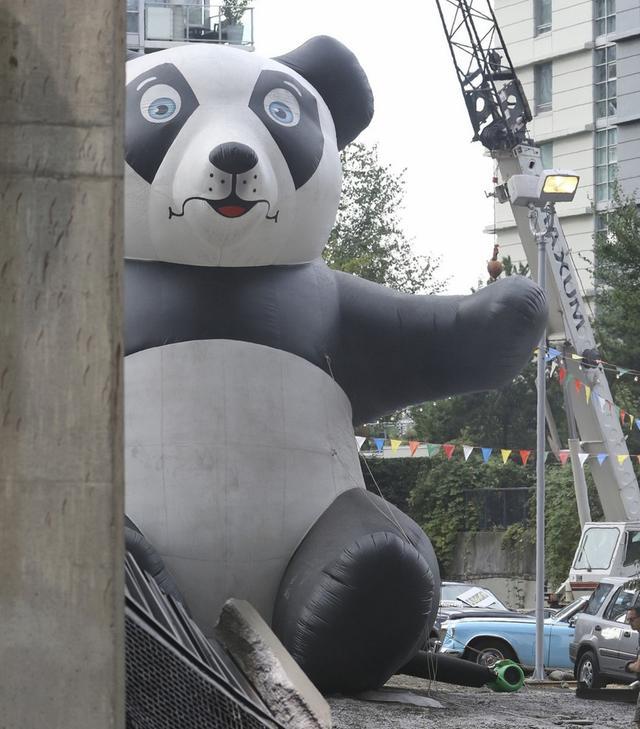 画像: 何やら巨大なパンダのエアバルーンも見られた。