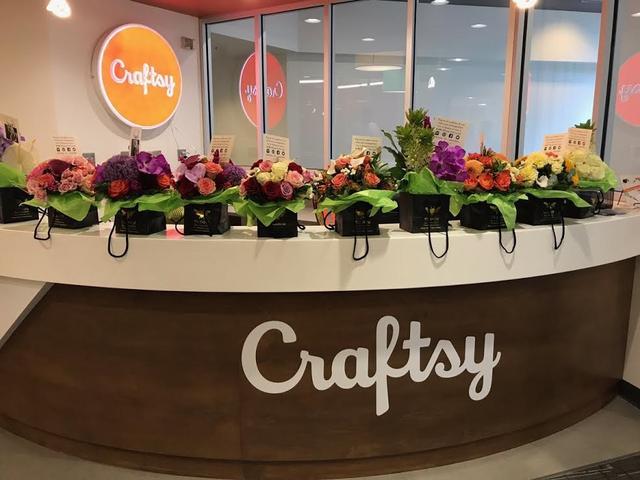画像: オフィスのレセプションデスクに飾られたテイラーからの花束。©Crafty