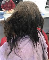 画像1: うつ病の少女が再び学校へ戻るために美容室へ
