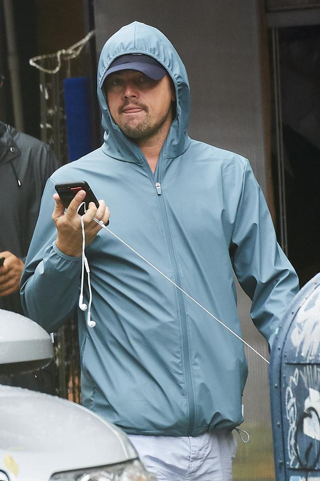画像4: トップ俳優が軒下で雨宿り