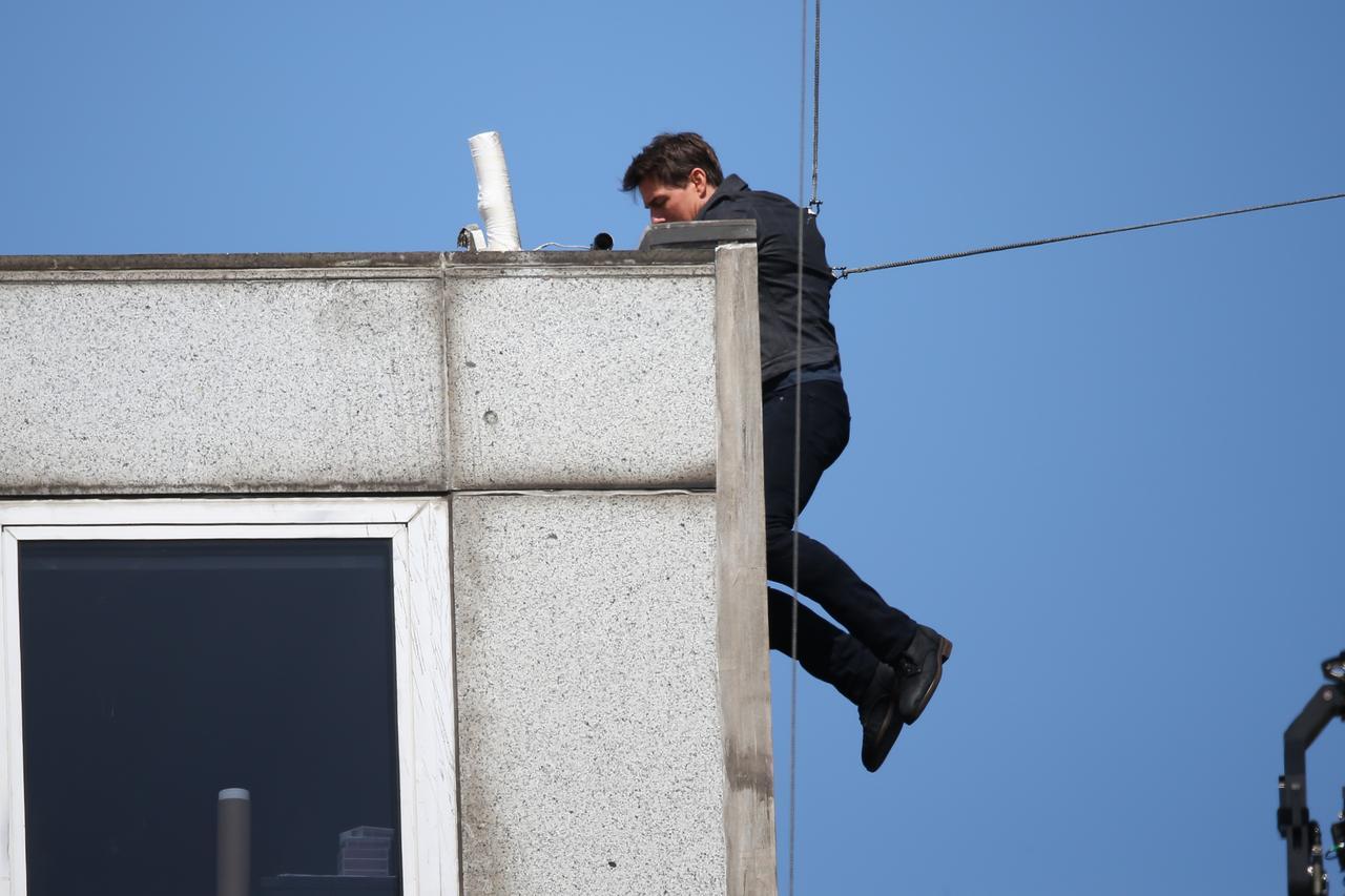 画像1: ビルの屋上に激突したトム