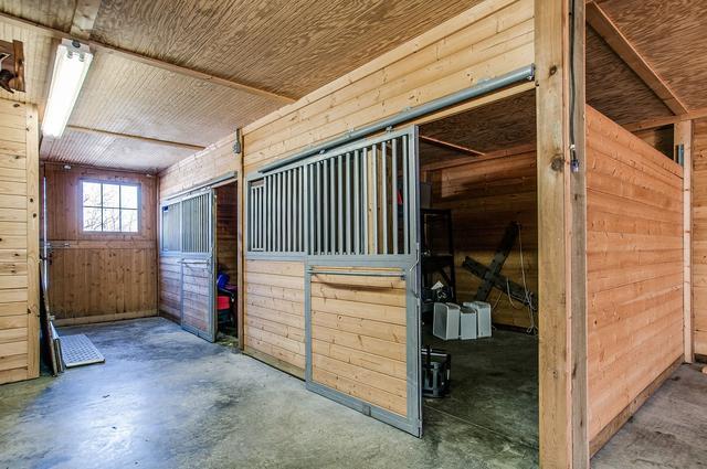 画像: 敷地内に立つ馬小屋。