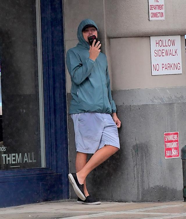 画像3: トップ俳優が軒下で雨宿り