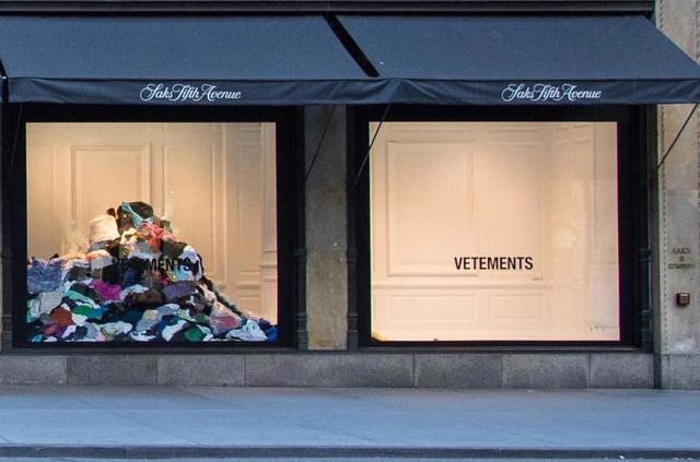 画像: NYの高級デパートのショーウィンドウが異様
