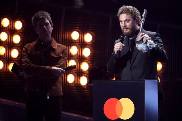 画像: 2017年のブリット・アワードで「最優秀ブリティッシュ・アルバム」賞を受賞したデヴィッドに代わり、スピーチをした長男のダンカン。現在は映画監督として活躍している。