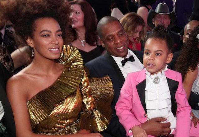 画像: 2017年のグラミー賞の観客席で、娘のブルーとソランジュと共にビヨンセのパフォーマンスを見守るジェイ。