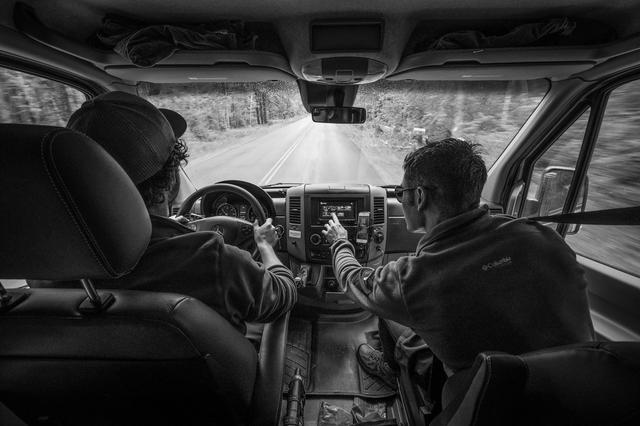 画像: 一緒に車を運転するエフロン兄弟。