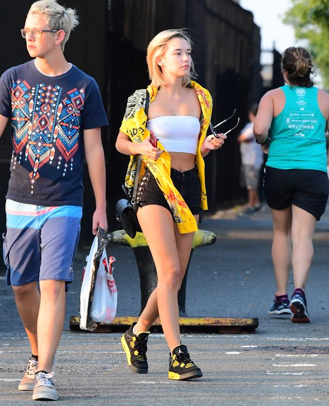 画像2: 注目モデルのサラ・シュナイダー、黄色を使ったスニーカースタイルを披露