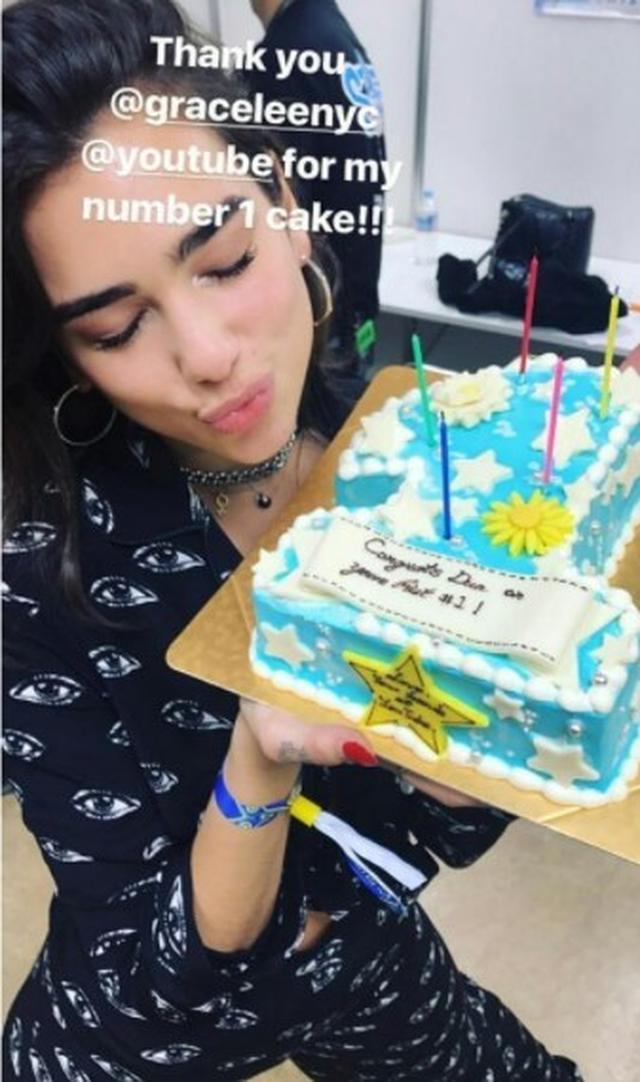 画像: デュアはサマソニ出演前に「ニュー・ルールズ」1位をケーキでお祝いしてもらっていた。