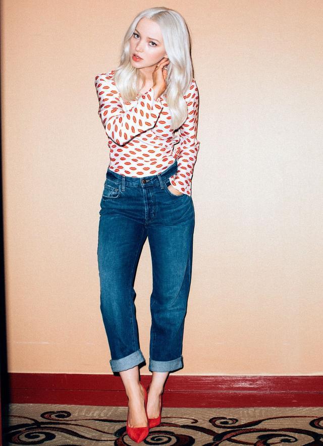 画像2: ディズニー女優のダヴ・キャメロン、秋注目のハイライズストレート・デニムを着こなし