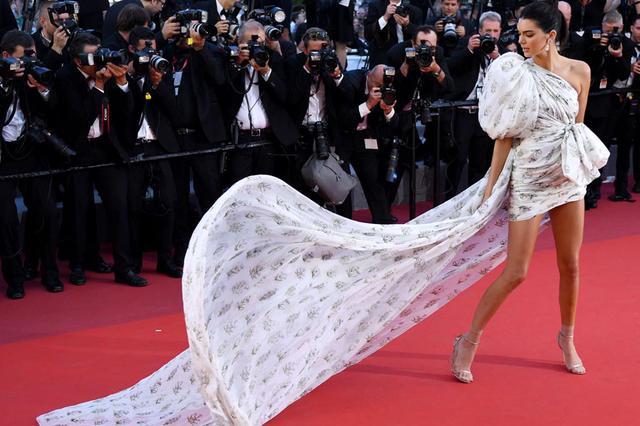 画像: 今年のカンヌ映画祭でのケンダル。Giambattista Valli (ジャンバティスタ・ヴァリ)の個性的なドレスで魅了。
