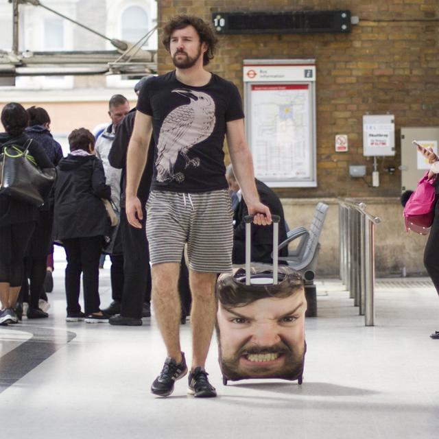 画像1: 自分の顔がプリントされたスーツケース