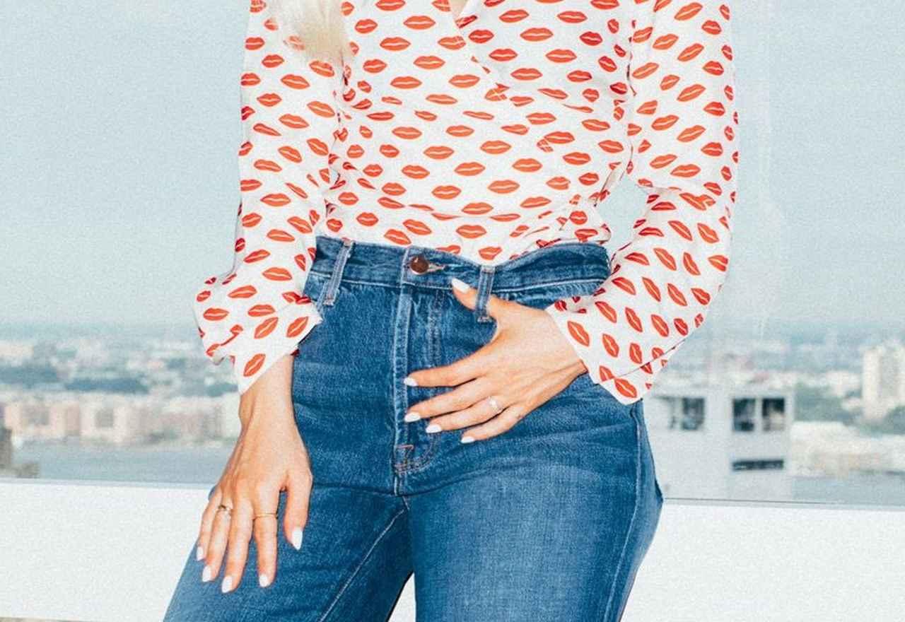 画像3: ディズニー女優のダヴ・キャメロン、秋注目のハイライズストレート・デニムを着こなし