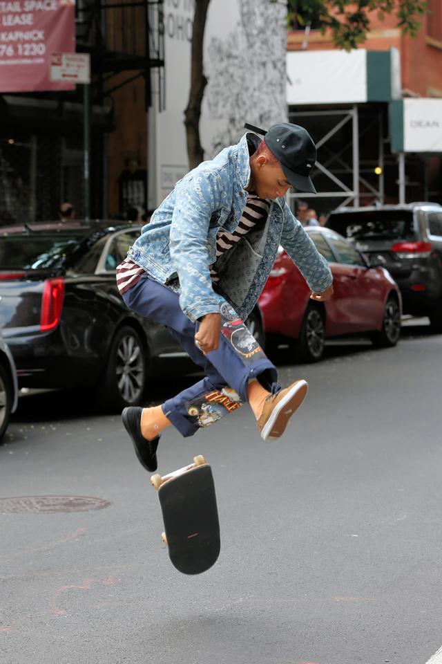 画像3: 人気俳優、道路をスケボーで爆走