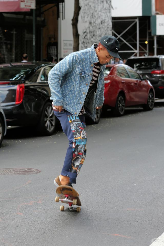 画像7: 人気俳優、道路をスケボーで爆走