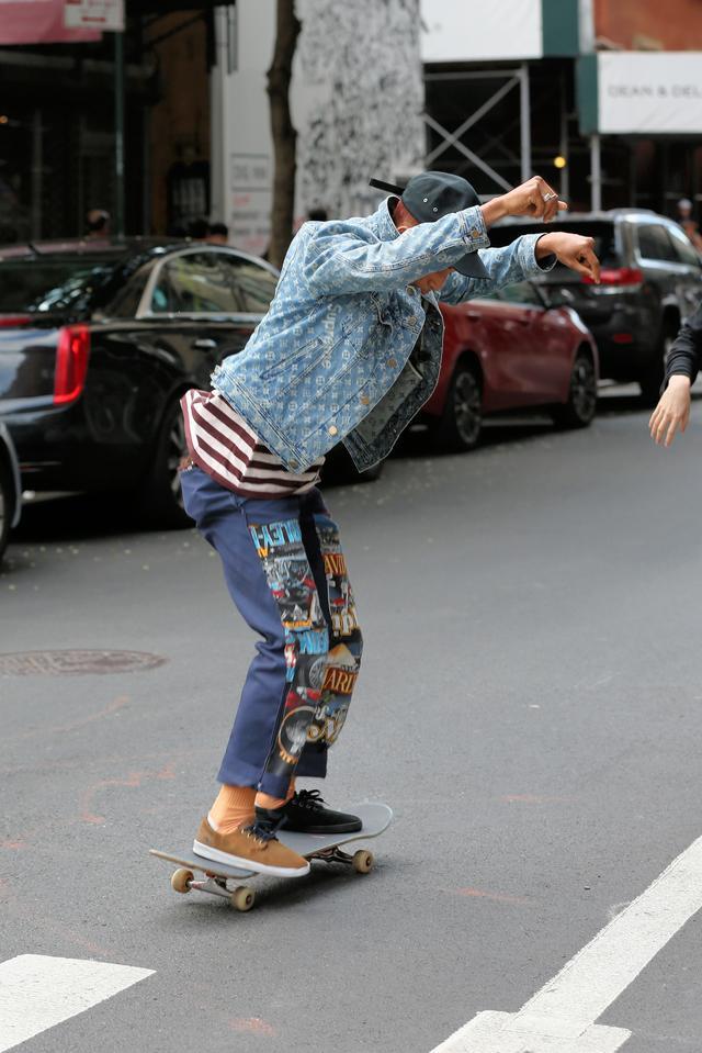 画像5: 人気俳優、道路をスケボーで爆走