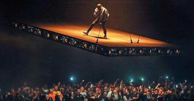 画像: 問題の「傾斜のついたステージ」でパフォーマンスをするカニエ。
