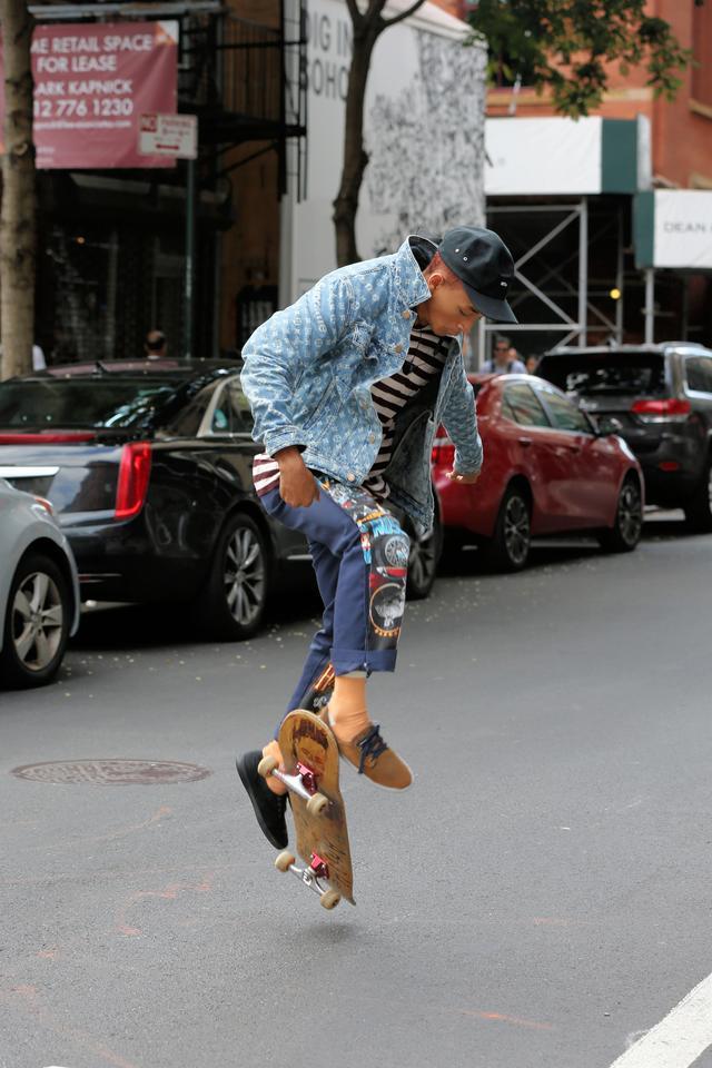 画像2: 人気俳優、道路をスケボーで爆走