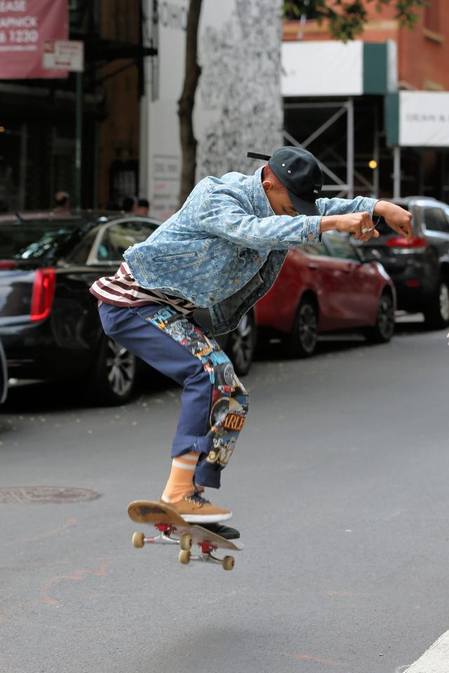 画像4: 人気俳優、道路をスケボーで爆走