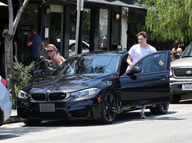 画像1: 【セレブの愛車】ベッカム息子ブルックリン、イケメンシンガーと新車に乗ってランチ