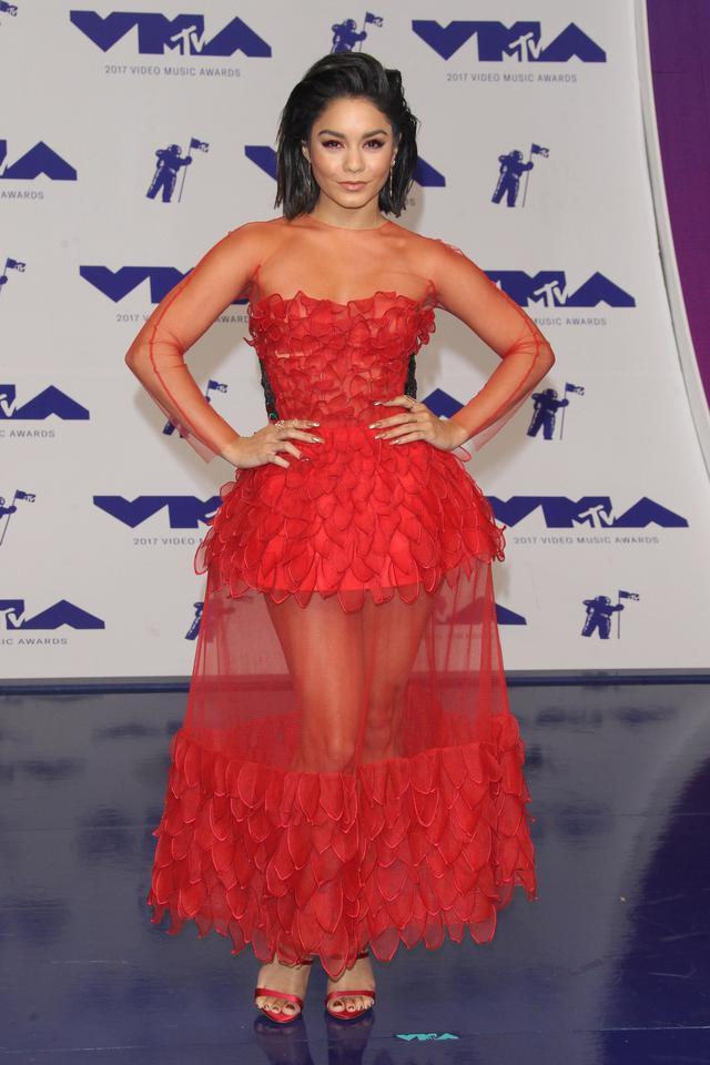 画像1: ヴァネッサ・ハジェンズ、MTV VMAで披露したレッドメイクが可愛すぎる