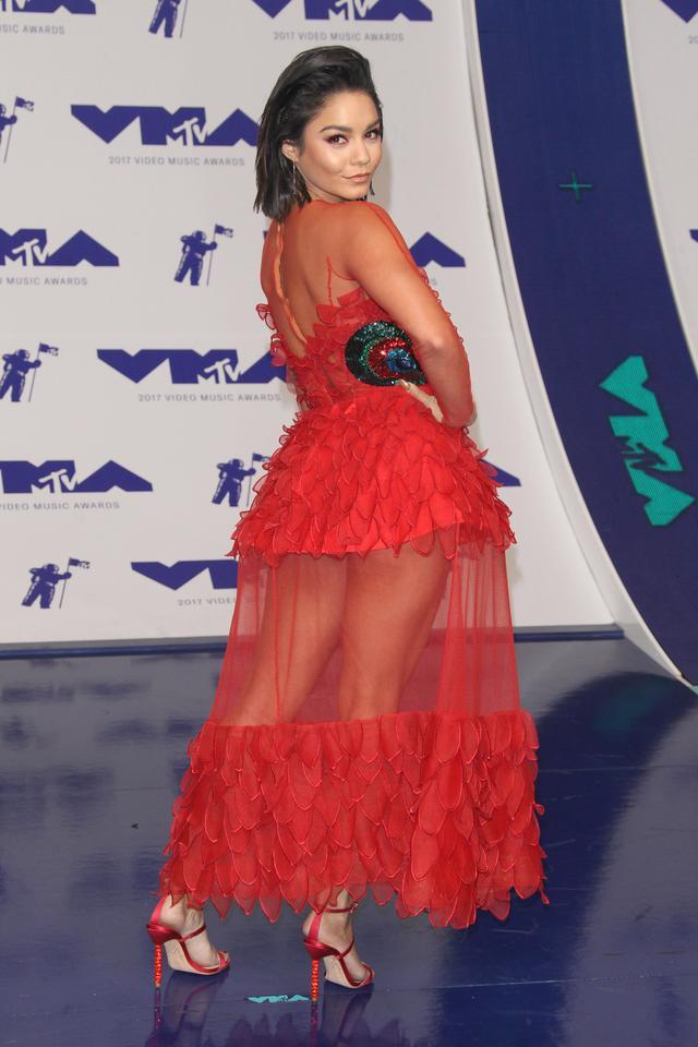 画像2: ヴァネッサ・ハジェンズ、MTV VMAで披露したレッドメイクが可愛すぎる