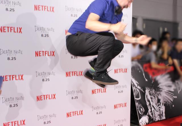 画像: 急に踊り出すアダム監督に、編集部のカメラも間に合いません。