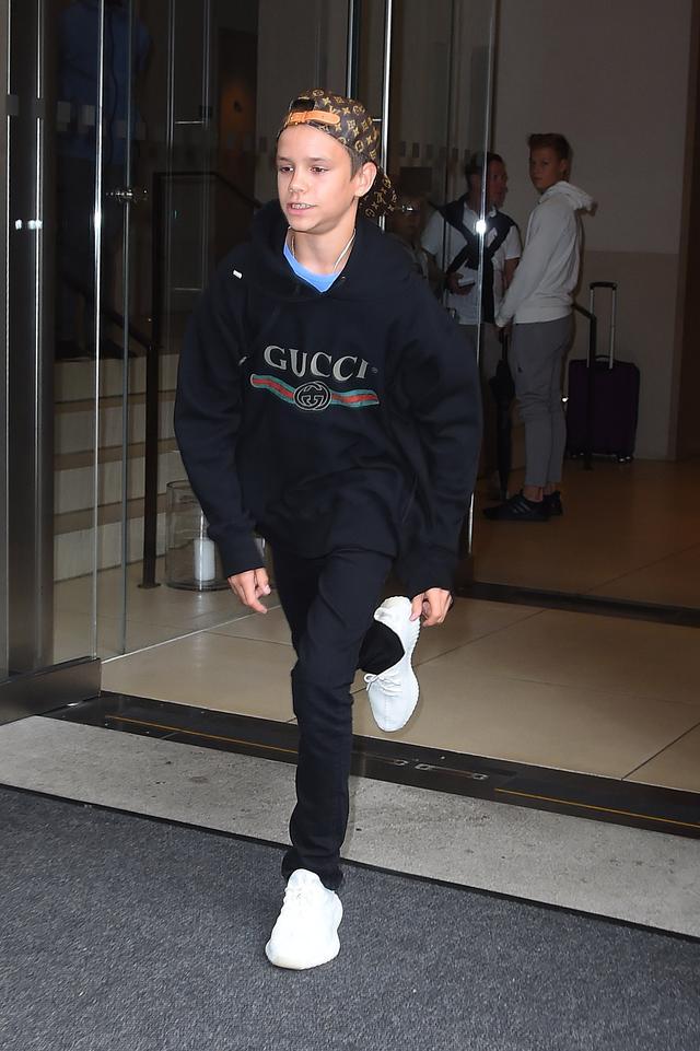 画像1: ベッカム家次男ロメオ、14歳で連日高級ブランドアイテムを堂々着こなし