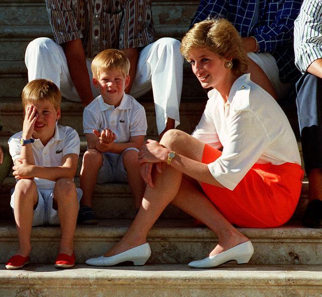 画像: 1988年 28歳 スペインのマヨルカ島にてウィリアム王子とハリー王子と