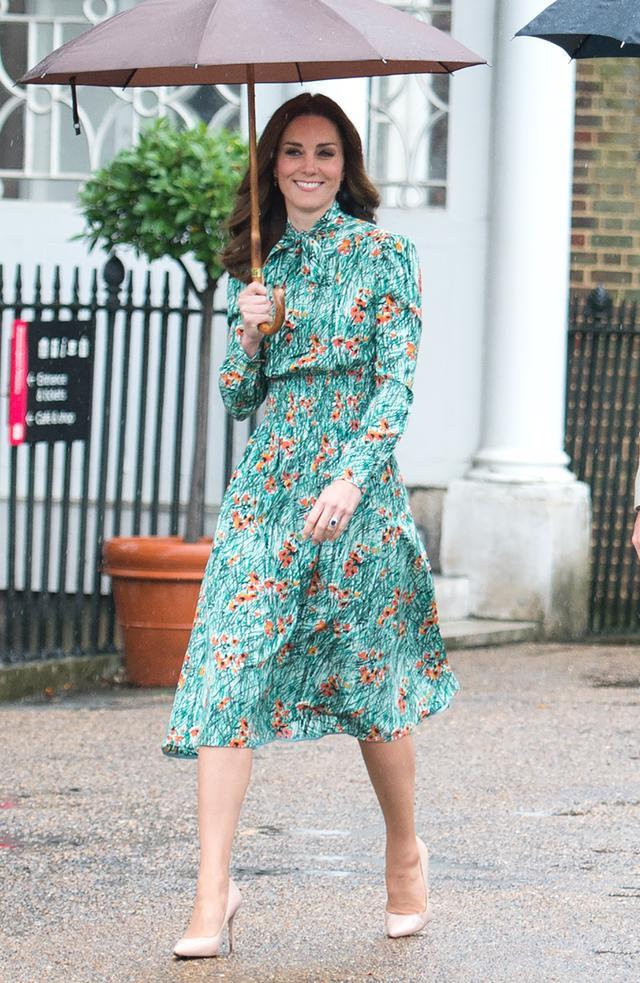 画像2: キャサリン妃、可憐な花柄ドレスでダイアナ妃が愛した庭園で追悼