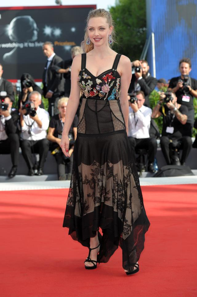 画像2: 『マンマ・ミーア』美人女優、妖艶なドレス姿でグラマラスボディをアピール