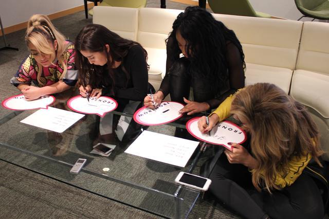 画像: 真剣な表情で日本語サインに没頭するメンバーたち。