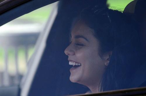 画像3: ヴァネッサ・ハジェンズ、車内でノリノリ