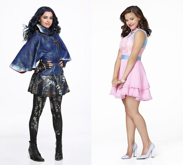 画像: オシャレ女子のイヴィ役を演じるソフィア(左)。ソフィアが当初演じるはずだった自信家のオードリー役(右)はサラ・ジェフェリーが演じている。©Disney
