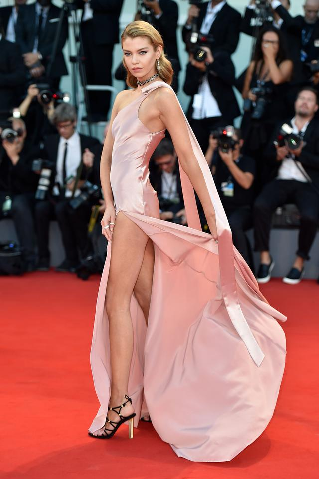 画像2: 人気ヴィクシーモデル、スリット入り超セクシードレスで美ボディをアピール