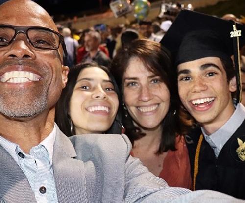 画像: ディズニー・チャンネル・スターが多く通うLAのオーク・パーク高校を2017年に卒業。父、妹、母と卒業式にて。