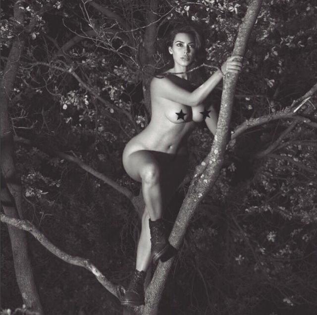 画像: キム・カーダシアンが全裸で木に登る写真を投稿し、130万人が「いいね!」