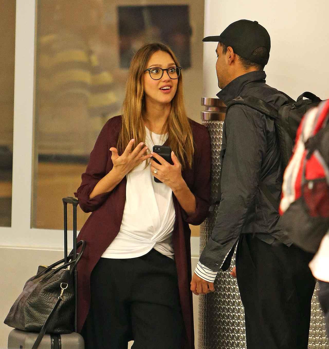画像1: 空港の手荷物エリアで大笑いするジェシカ・アルバを発見