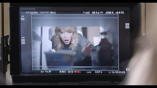 画像: Taylor Swift NOW Presents: Behind-the-Scenes with Taylor Swift and Tasty Props | AT&T www.youtube.com